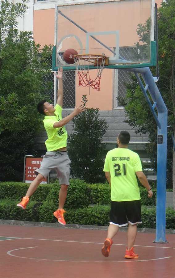 做了精彩的篮球展示,并手把手教孩子们如何障碍运球