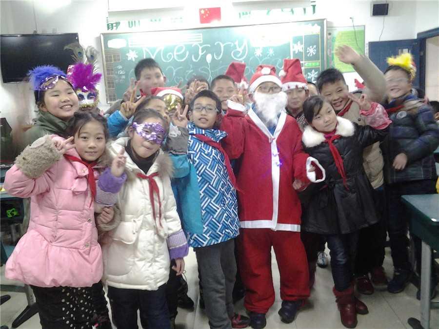 圣诞树,在孩子们精美的手工贺卡和画报背景下格外